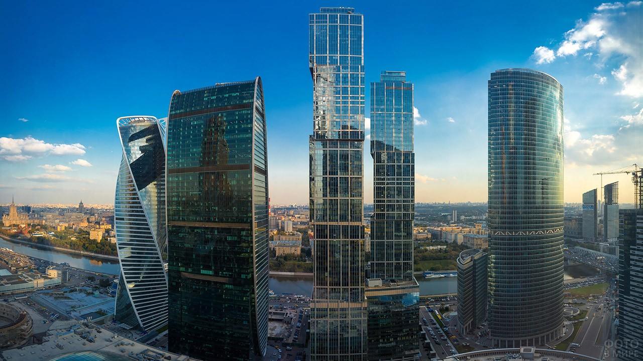 Башни комплекса Город Столиц в центре панорамы Москвы