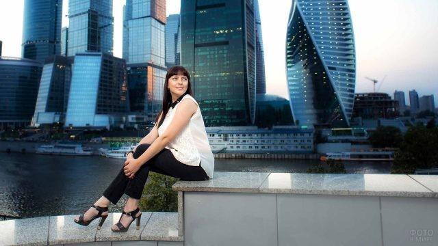Девушка на набережной Москвы-реки