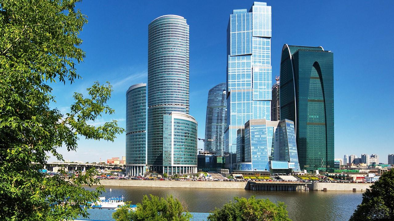 Летняя набережная реки Москва