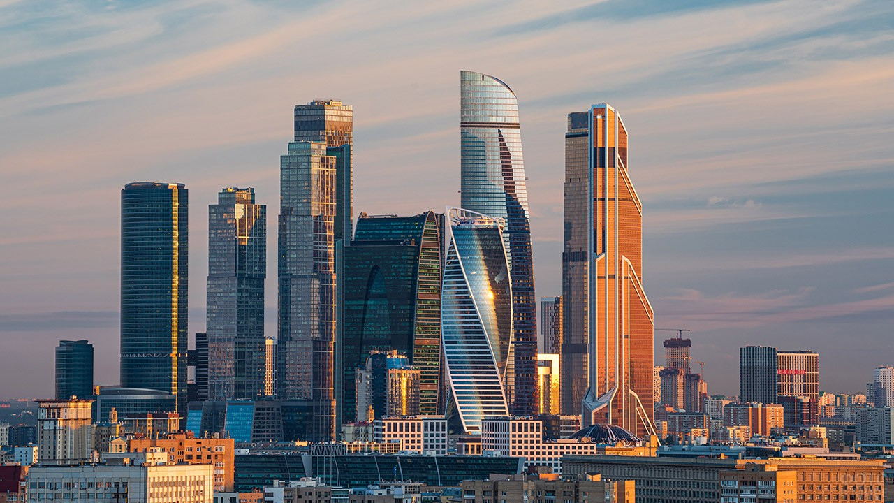 Небоскрёбы Москва-Сити в лучах вечернего солнца
