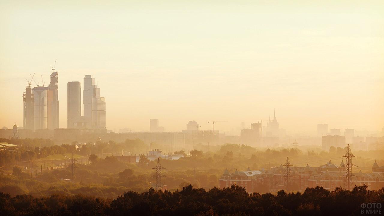 Небоскрёбы на утренней панораме Москвы