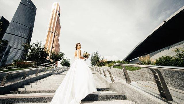 Невеста на фоне башни Меркурий