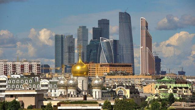 Панорама крыш старой и современной Москвы