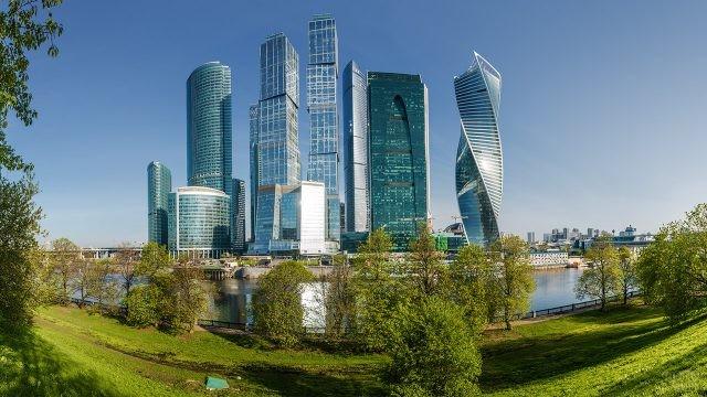 Парк с видом на небоскрёбы на берегу реки Москва