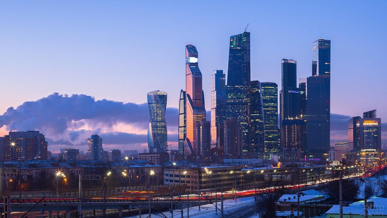 Силуэт небоскрёбов на вечерней панораме Москвы