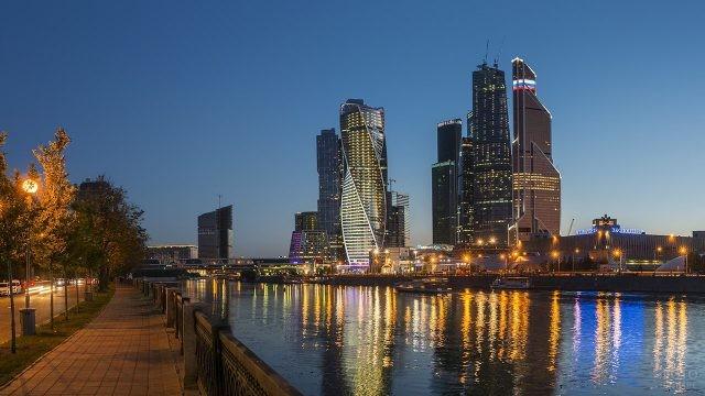 Вечерняя набережная в центре Москвы