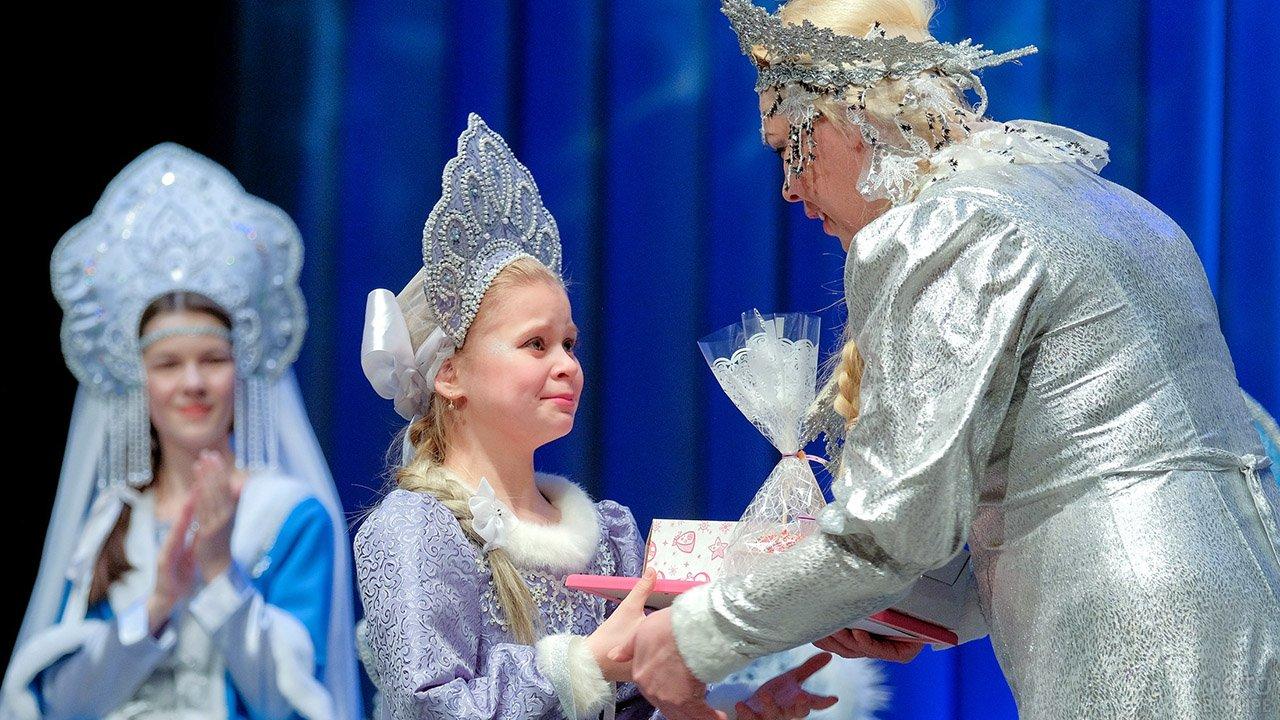 Маленькая победительница конкурса Снегурочка Карелии принимает подарки