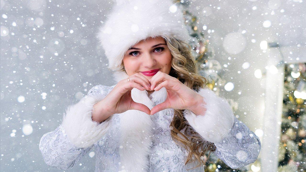 Румяная Снегурочка под лёгким снегопадом