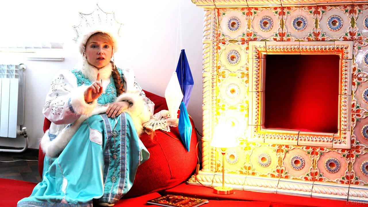 Снегурочка рассказывает сказку сидя у камина