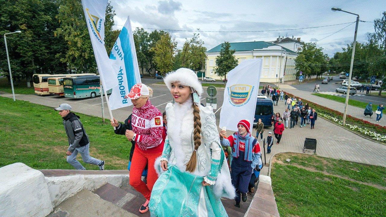 Снегурочка с участниками спортивного мероприятия в Костроме