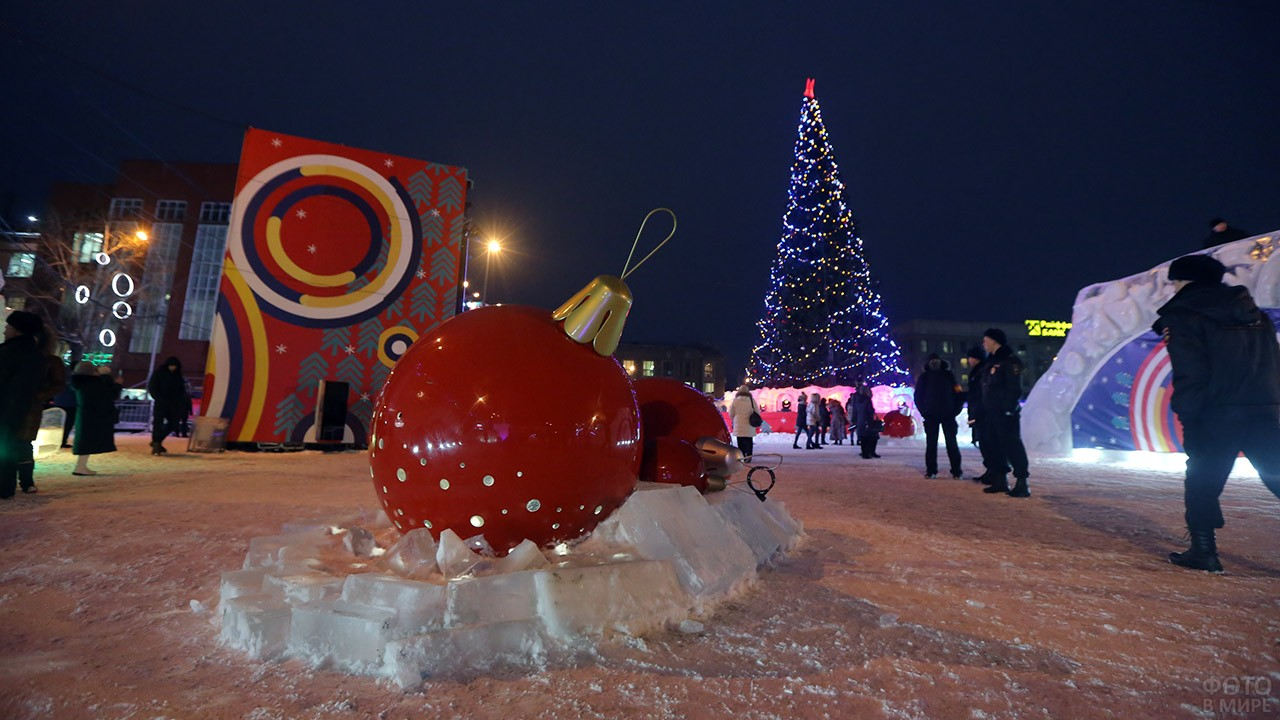 Фигуры гигантских ёлочных игрушек в Новосибирске