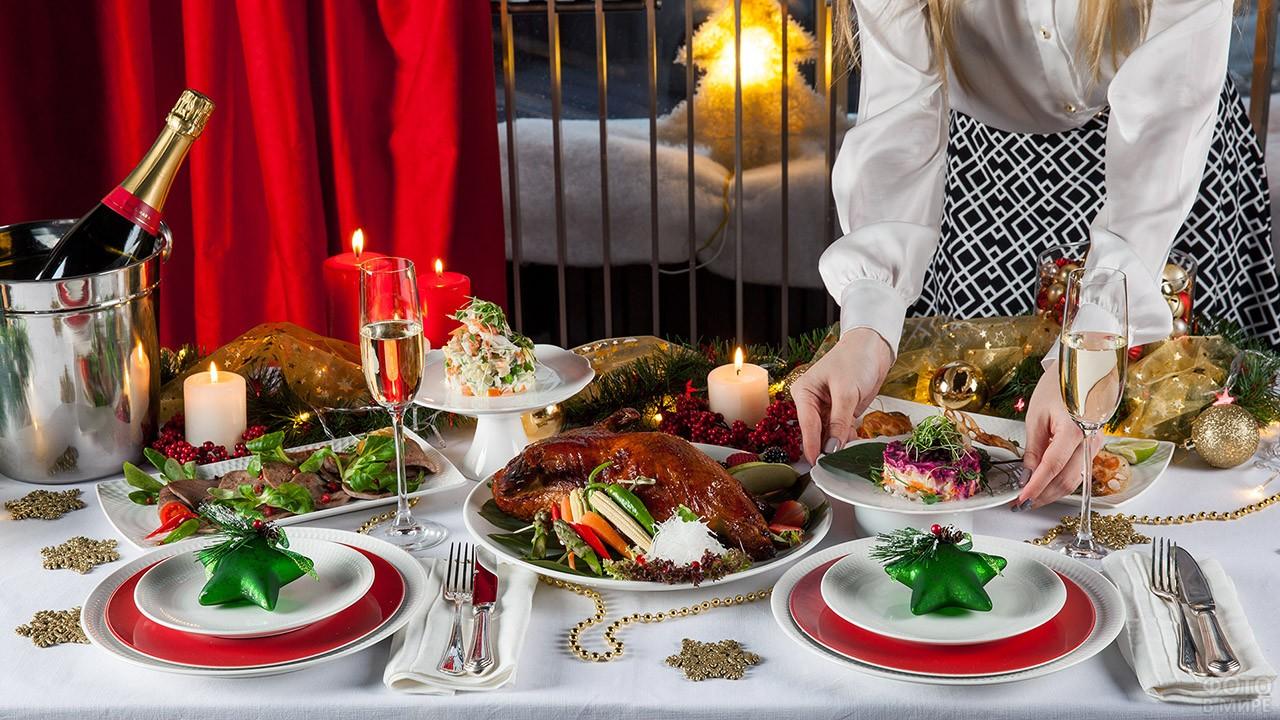 Хозяйка накрывает новогодний стол