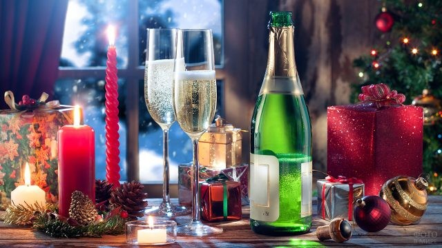 Новогодний натюрморт с шампанским и свечами