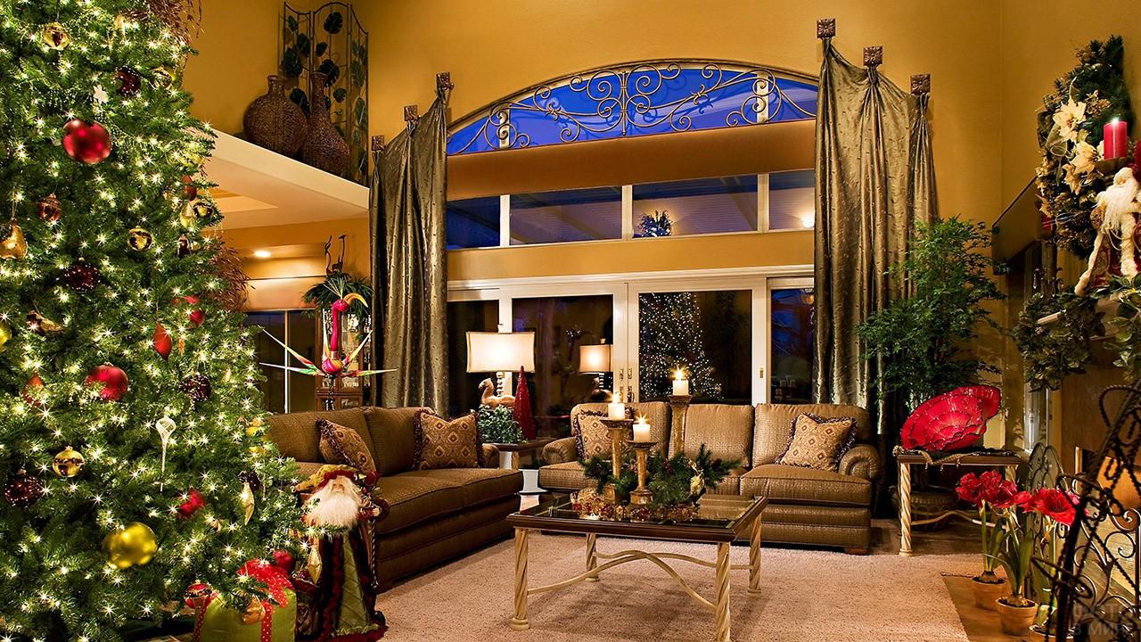 Новогодняя ёлка в просторной гостиной