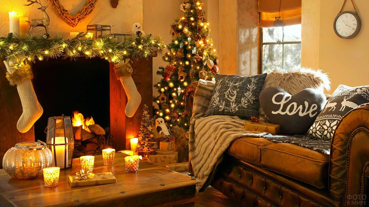 Украшенная к Новому году гостиная с камином