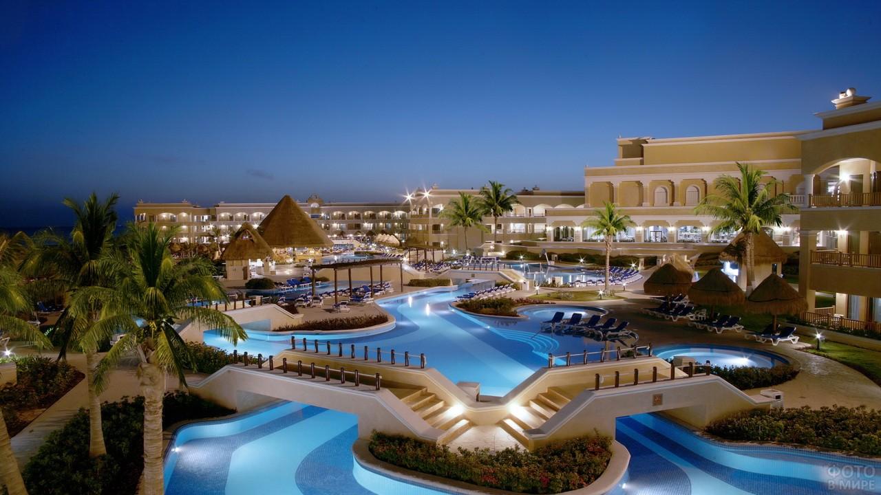 Большая зона для отдыхающих внутри отеля