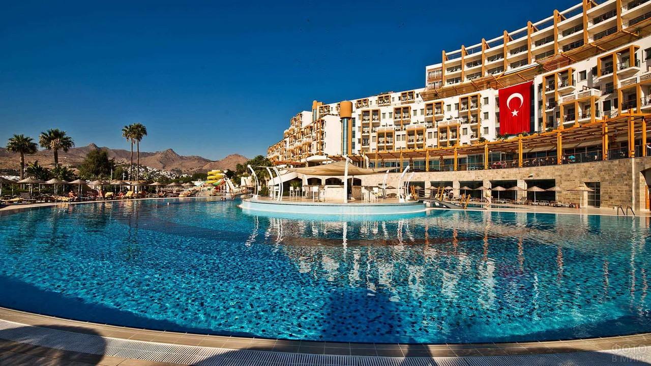 Круглый бассейн вокруг отеля