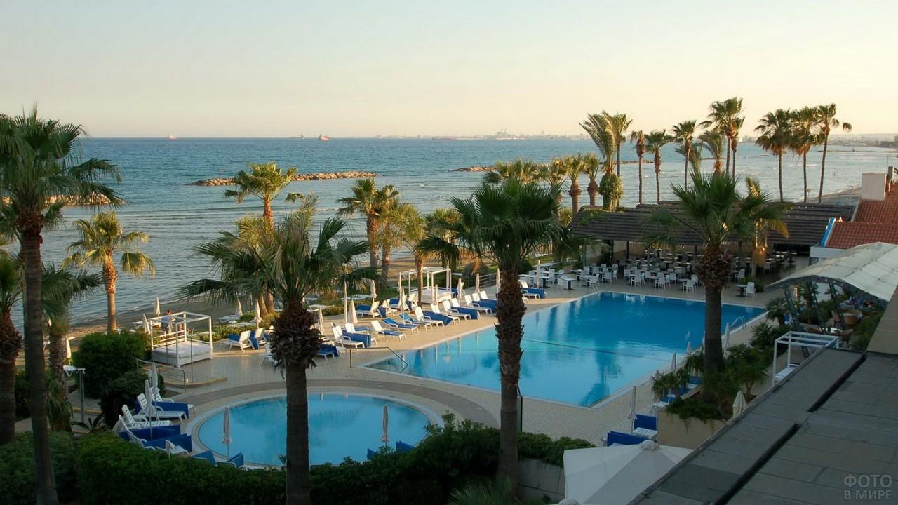 Отель возле моря на Кипре