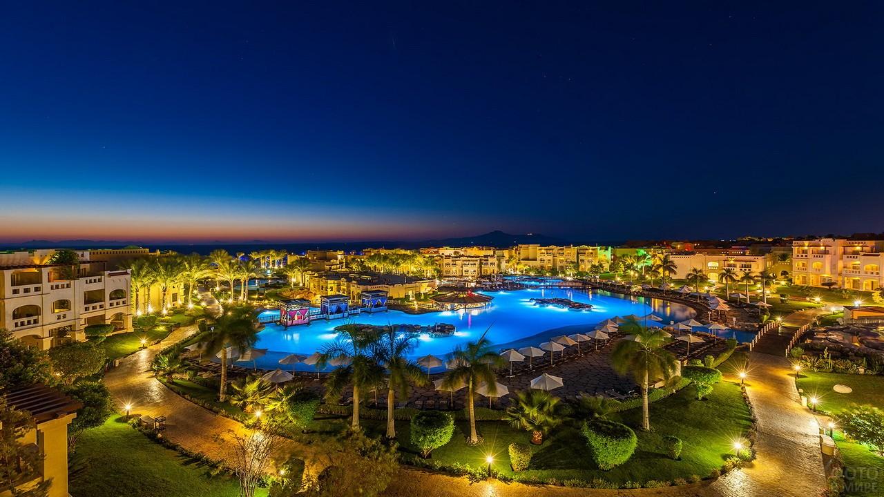 Панорама курорта с зелёной растительностью в Египте