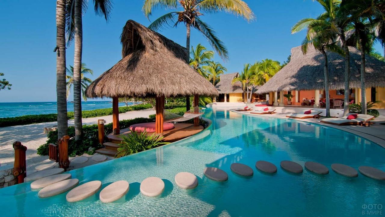 Пляж отеля с бунгало и выходом к морю