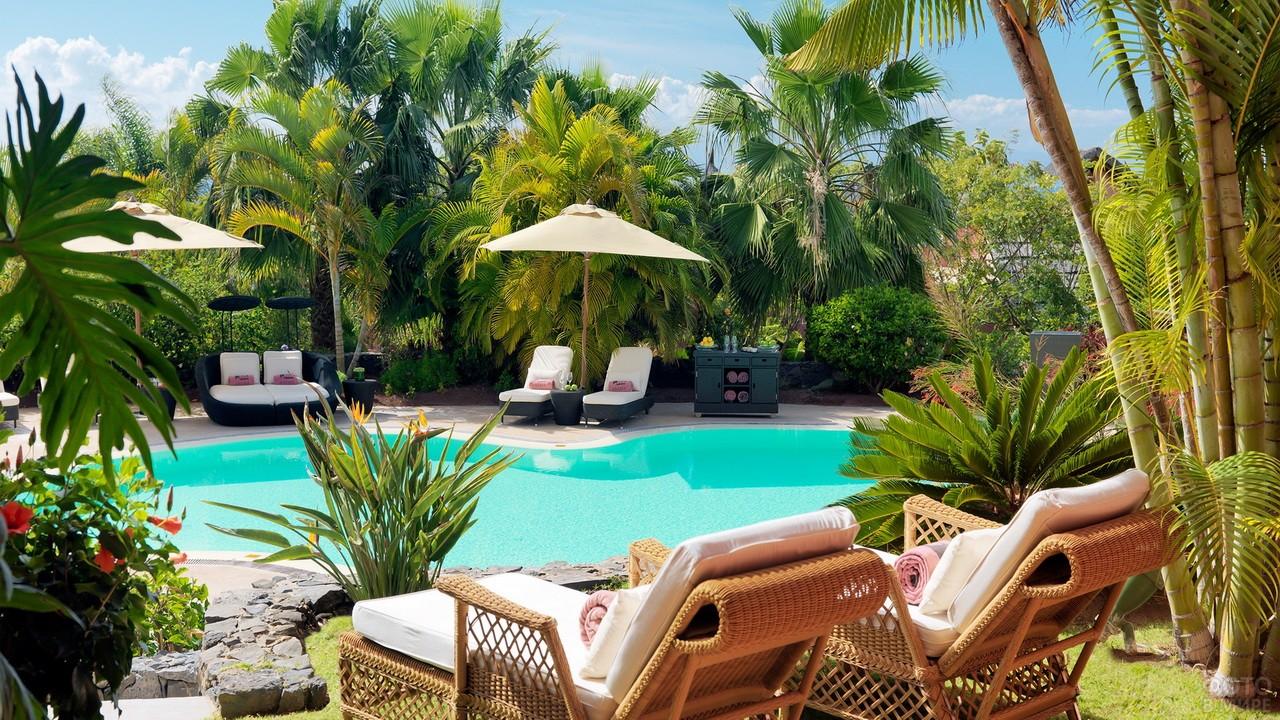 Пляж среди зелёных насаждений в отеле во Вьетнаме