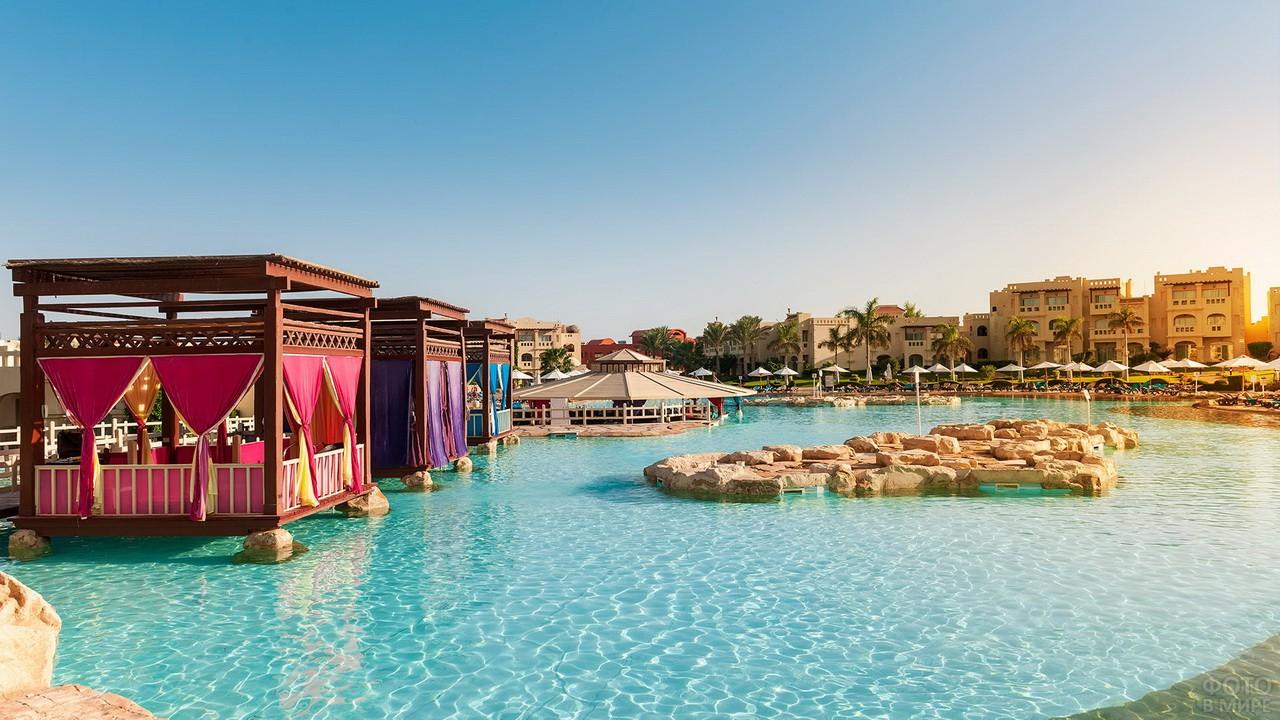 Пляж в отеле с бунгало