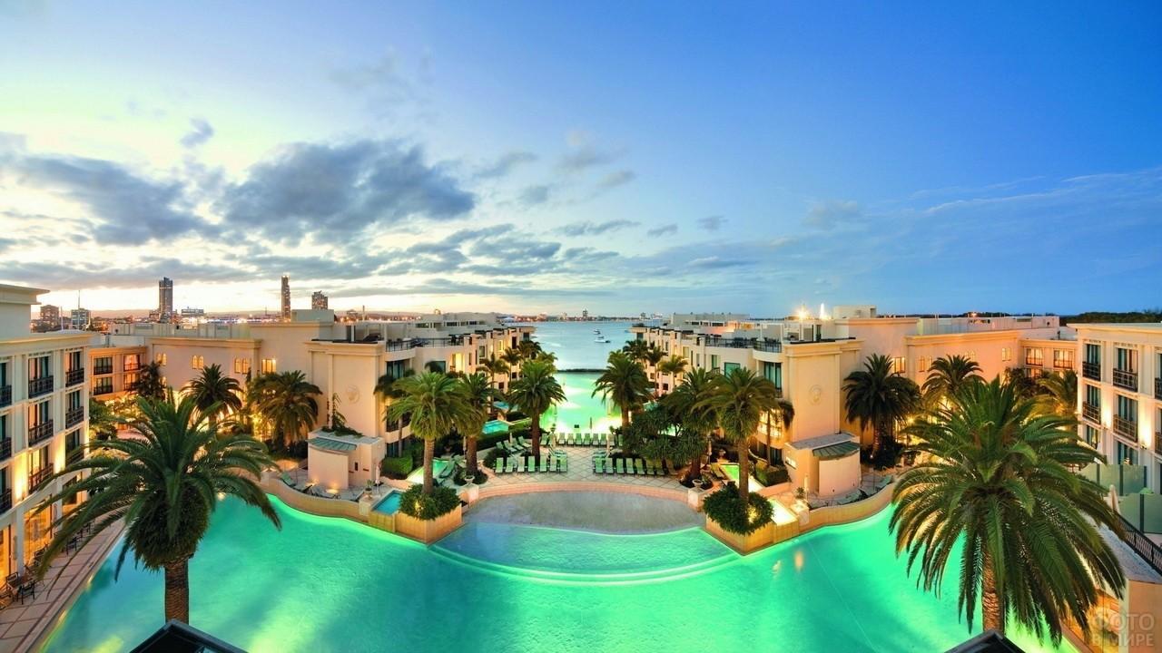 Трёхъярусный бассейн на пляже в отеле