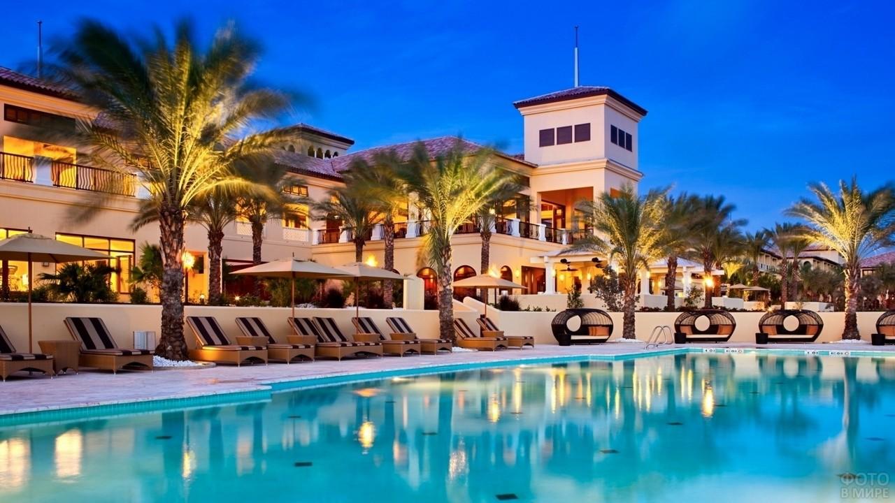 Вид на отель с бассейна