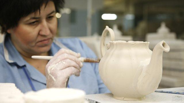 Чайник завода Гжель в процессе создания