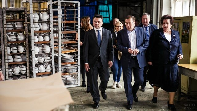 Делегация на экскурсии по заводу в Ликино-Дулёво