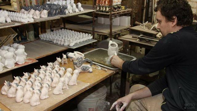 Мастер ручной росписи фарфоровых фигурок