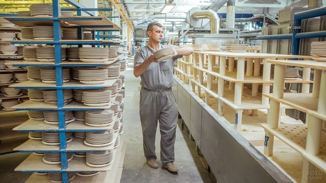 Сотрудник завода в Ликино-Дулёво за работой