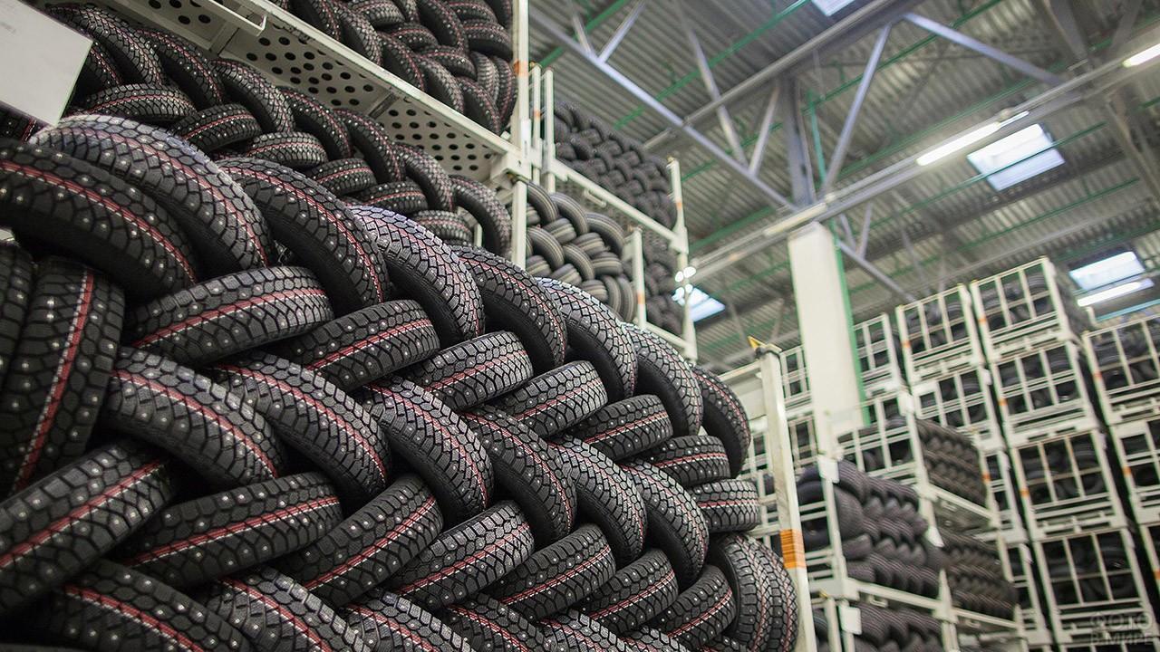 Шипованная резина на складе производства