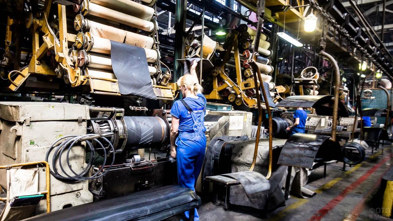 Женщина на производстве шин в Волгограде