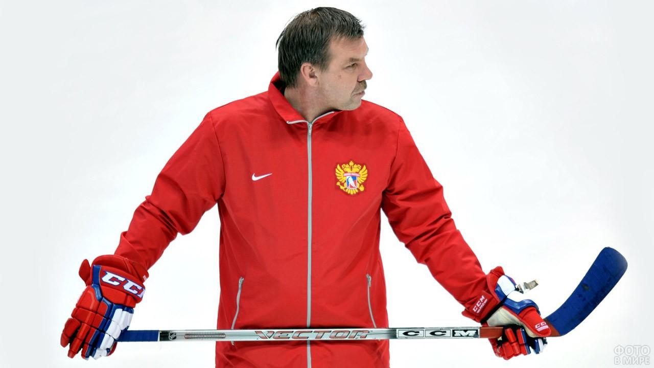 Легендарный главный тренер Олег Знарок на тренировке