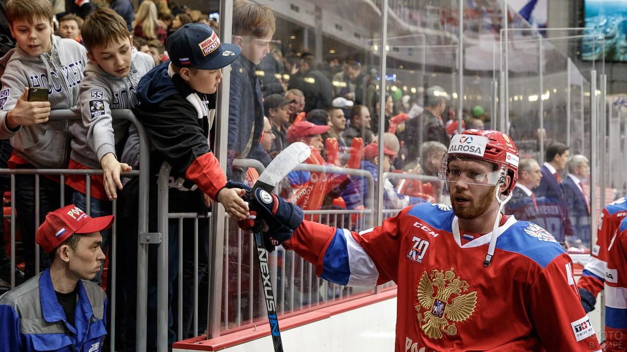 Владислав Гавриков с мальчишками-болельщиками