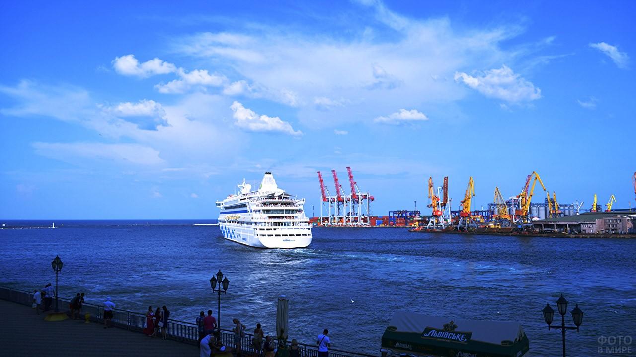 Круизный лайнер в порту Одессы