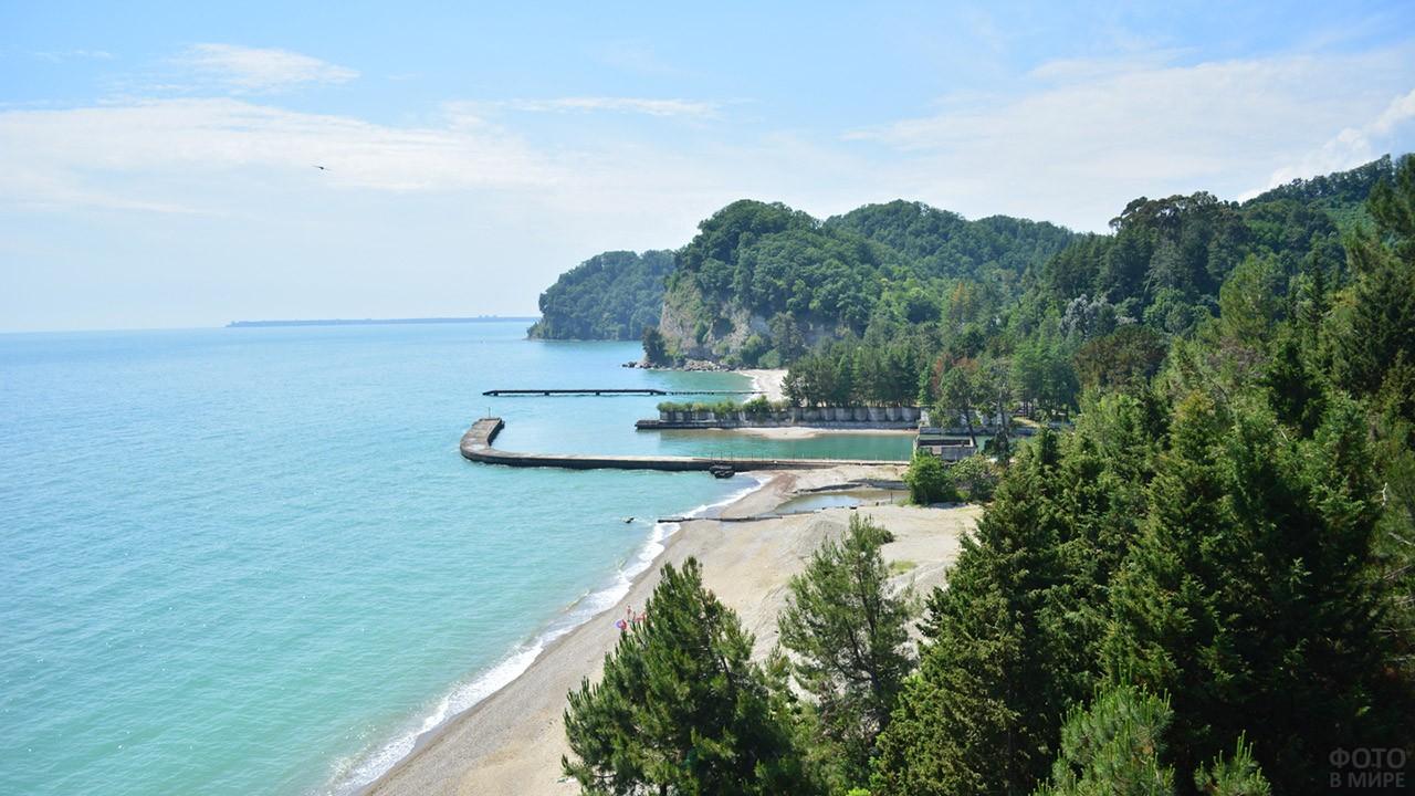 Пляж в Пицундо-Мюссерском заповеднике Абхазии
