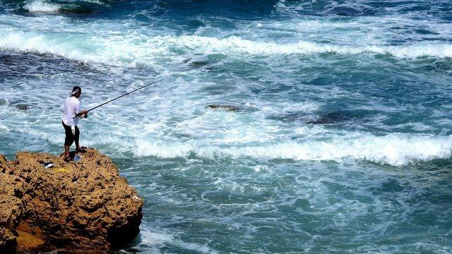 Рыбалка со спинингом с берега моря в Крыму