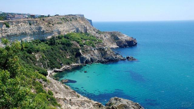 Скалистый берег в Крыму