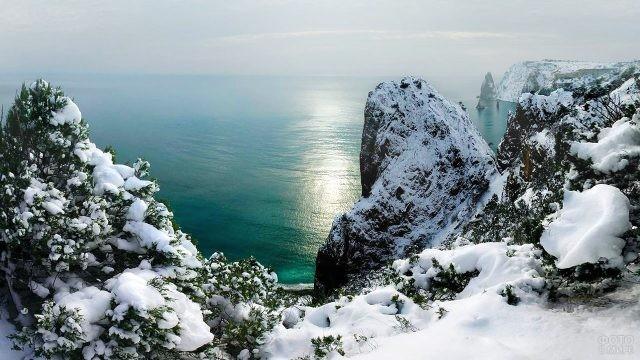 Заснеженные крымские скалы