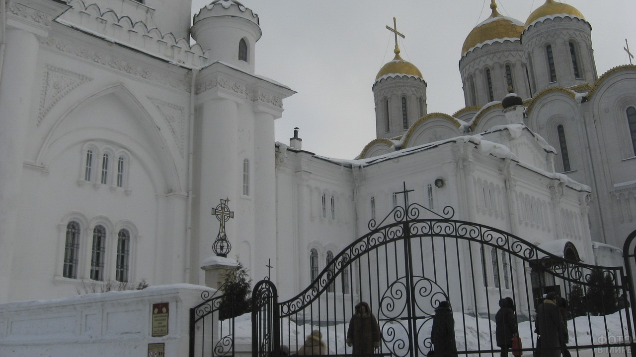 Кованые ворота на территорию храма