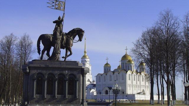 Памятник возле храма