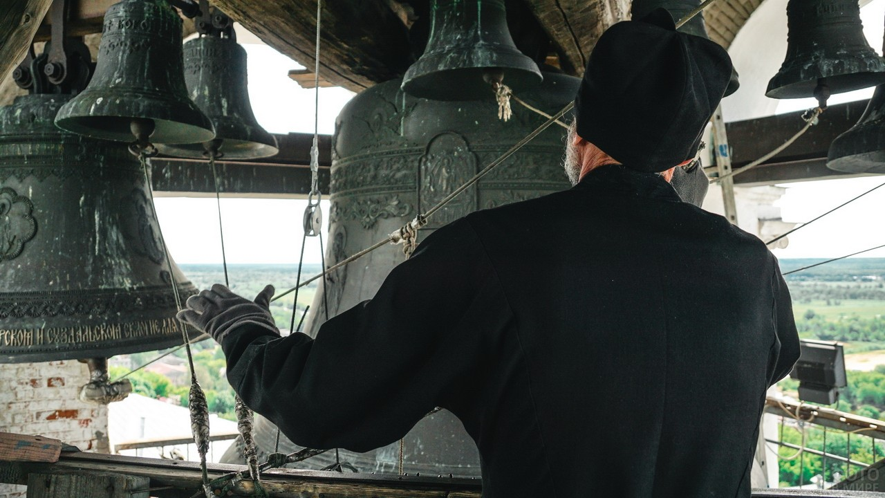 Звонарь на колокольне