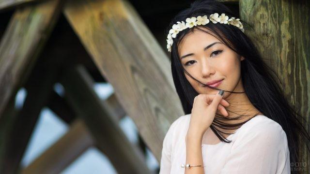 Азиатка с венком из белых цветов на голове