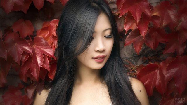 Брюнетка среди красных листьев