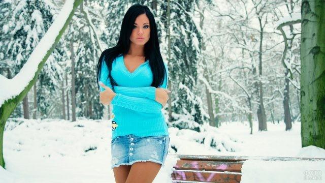 Брюнетка в голубой кофте в зимнюю пору