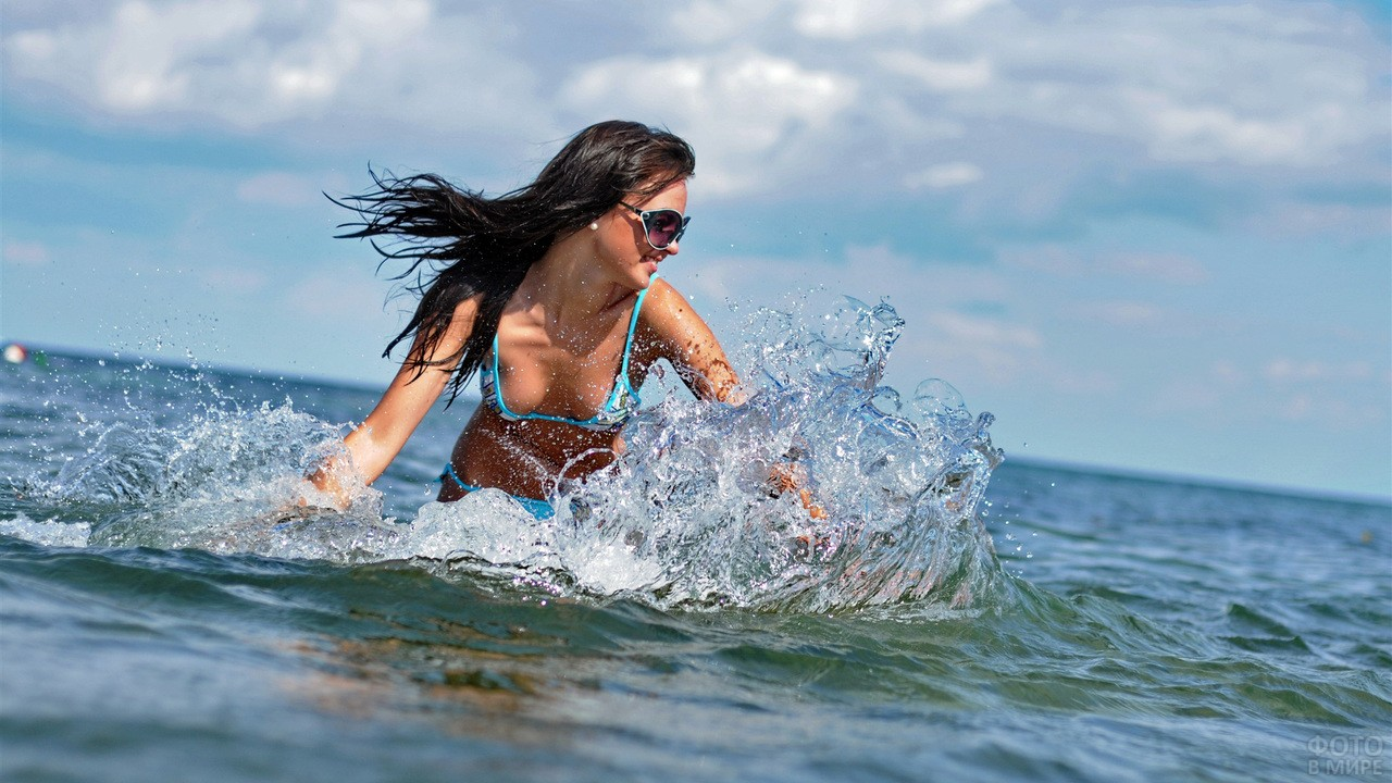 Брюнетка в купальнике на море