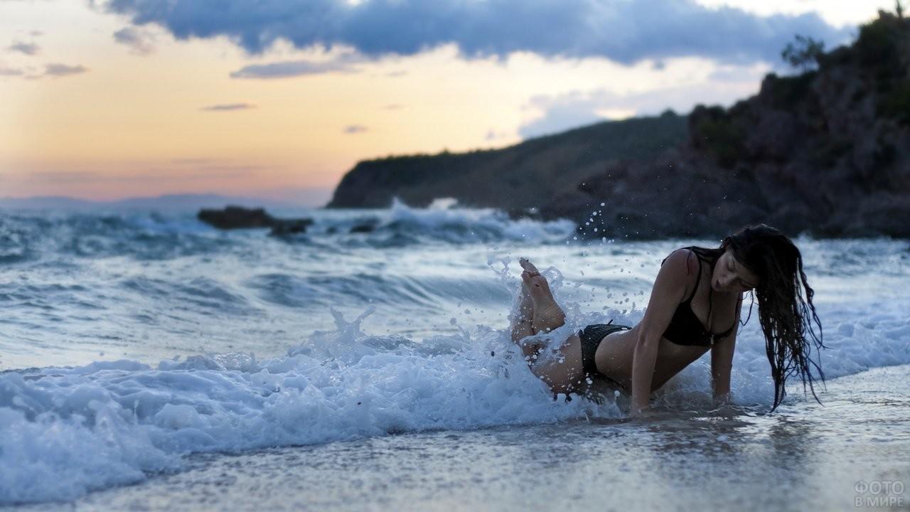 Девушка на берегу океана