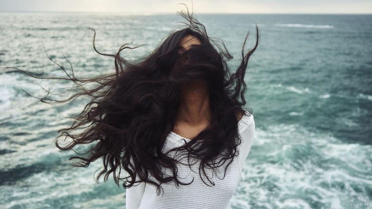 Девушка с чёрными волосами на ветру